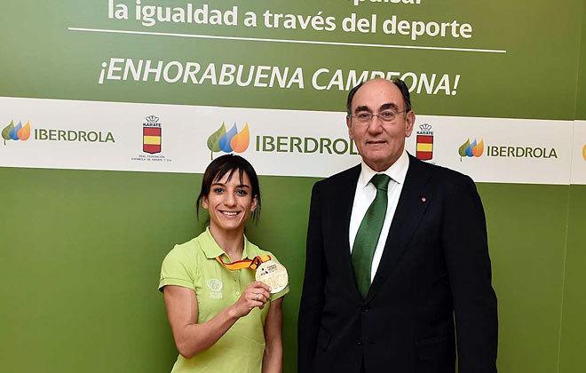 Sandra Sánchez posa con su medalla junto al presidente de Iberdrola, Ignacio Sánchez Galán.