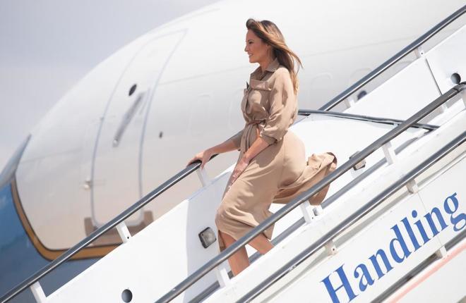 Melania Trump desembarca del avión que la llevó durante su viaje a África.