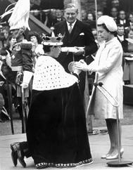Isabel II y el príncipe Carlos, entonces de 20 años, durante la investidura de éste como príncipe de Gales.