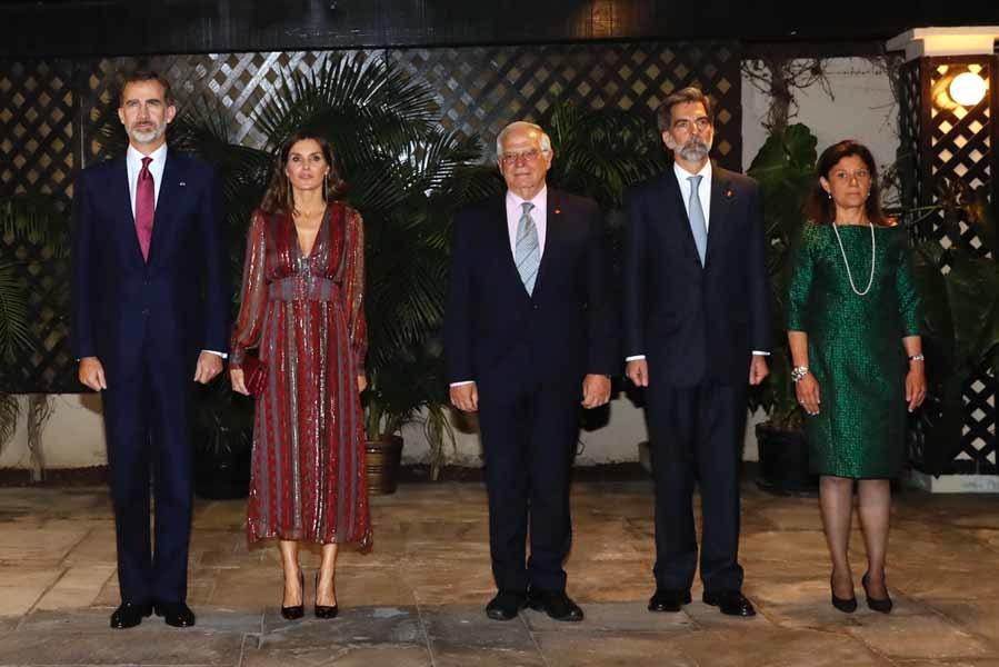 Los Reyes, junto al ministro de Exteriores, Josep Borrell, y el...