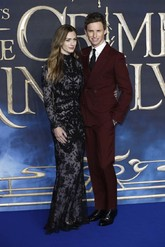 Hanna eligió un vestido negro de encaje firmad por Alexander McQueen,...