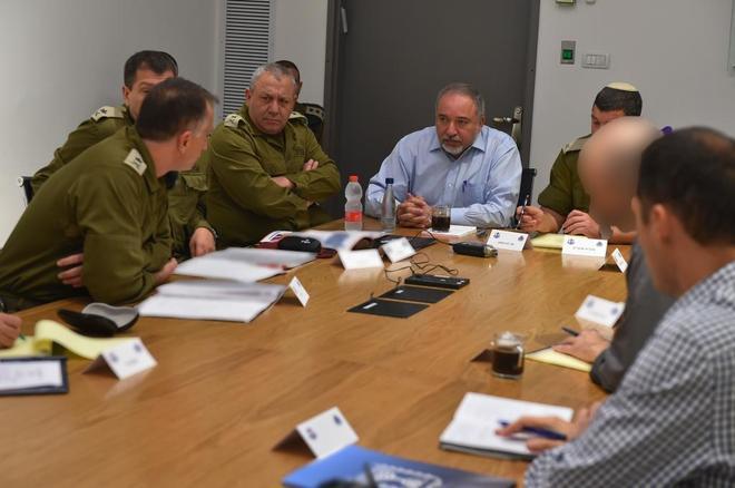 Avigdor Lieberman con oficialies militares y de inteligencia durante una reunión en Tel Aviv.