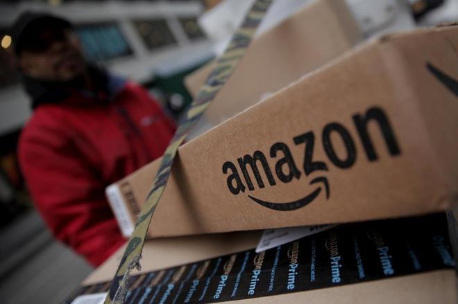 Un empleado de Amazon prepara un pedido