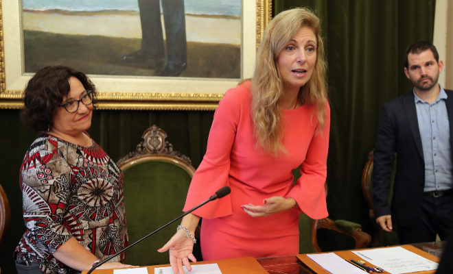 La alcaldesa, Amparo Marco, y la vicealcaldesa, Ali Brancal, durante un pleno municipal.