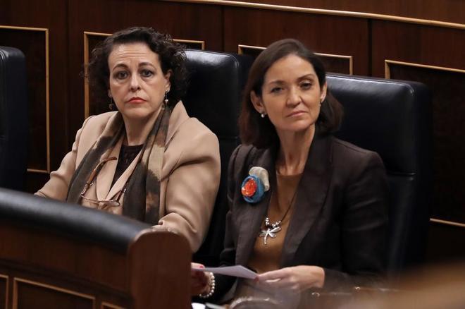 La ministra de Turismo, Reyes Maroto (dcha), sentada hoy en el Congreso junto a la de Trabajo.