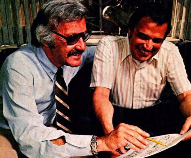 Stan Lee y el dibujante John Romita Sr. preparan las tiras de prensa de Spiderman en 1976.