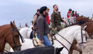 Santiago Abascal, a caballo junto a Morante de la Puebla.