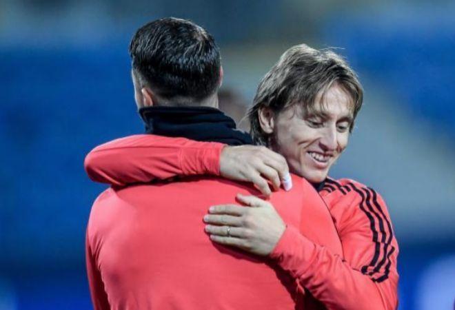 Sergio Ramos y Luka Modric se abrazan.