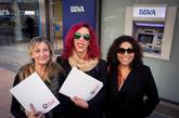 Integrantes del colectivo OTRAS a la entrada de los juzgados de la...