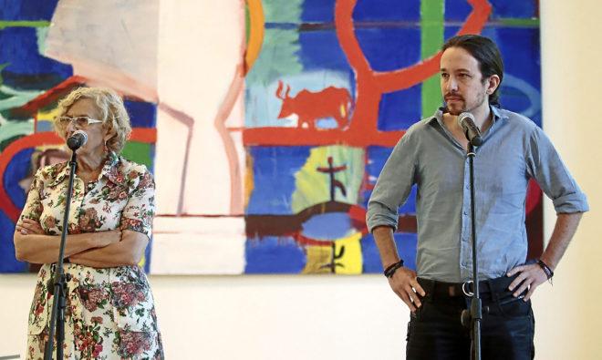 La alcaldesa de Madrid, Manuela Carmena, y el líder de Podemos, Pablo Iglesias, en un acto juntos..