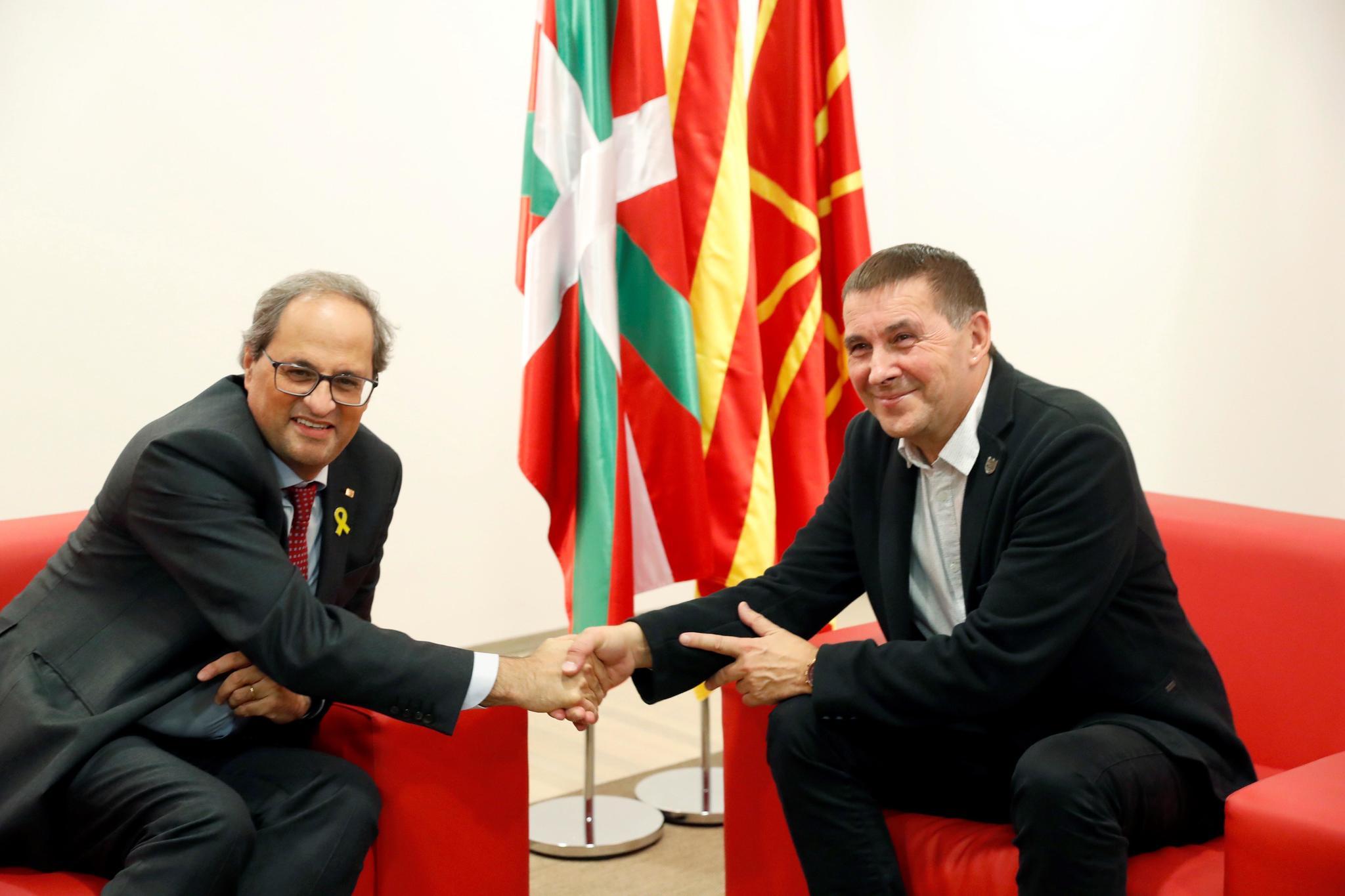 El presidente de Cataluña Quim Torra junto a Arnaldo Otegi durante su encuentro en San Sebastián.