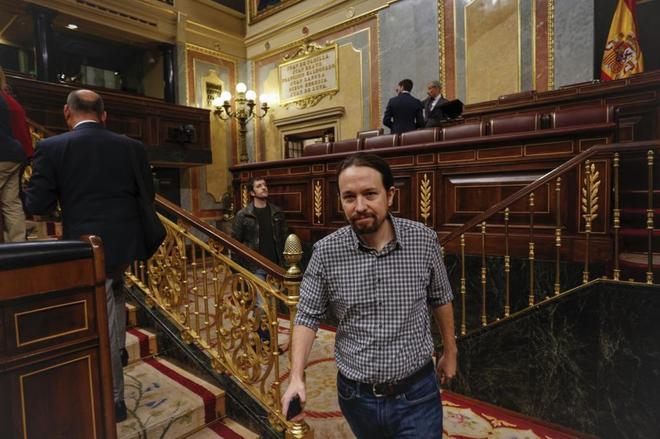 Pablo Iglesias abandona el hemiciclo tras la sesión de control al Gobierno.