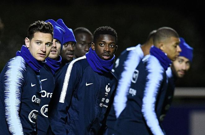 Ousmane Dembélé (centro), durante la sesión de entrenamiento con Francia.