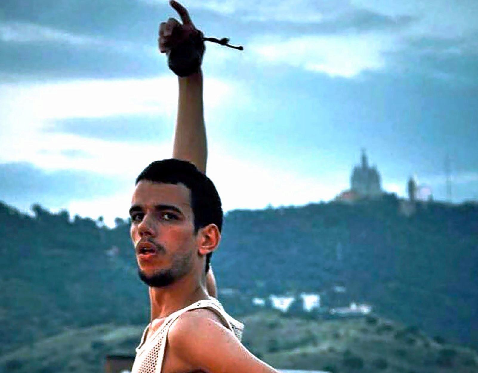 El bailarín barcelonés estrena 'La Oscilante', una obra de danza española para un cuerpo agénero que no quiere ser hombre ni mujer.