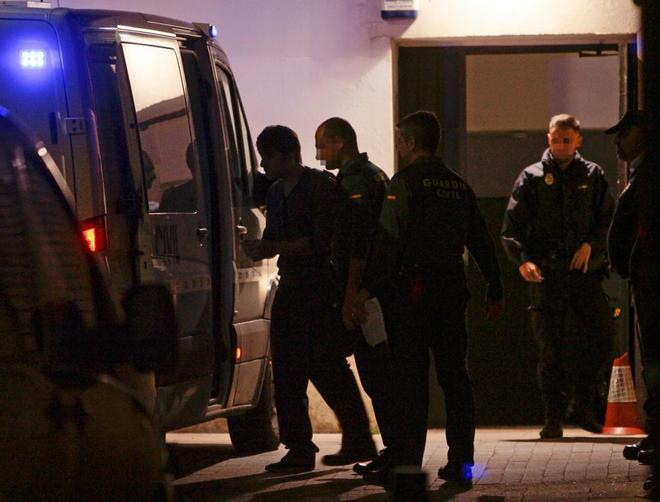 Patrick Nogueira sube a un furgón de la Guardia Civil a su salida e...