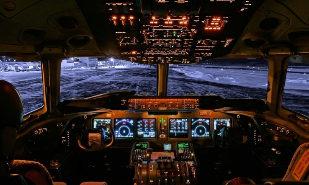Cabina de control de un avión.