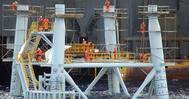 Varios operarios trabajan en la planta marina del Proyecto Castor en una imagen de 2013.
