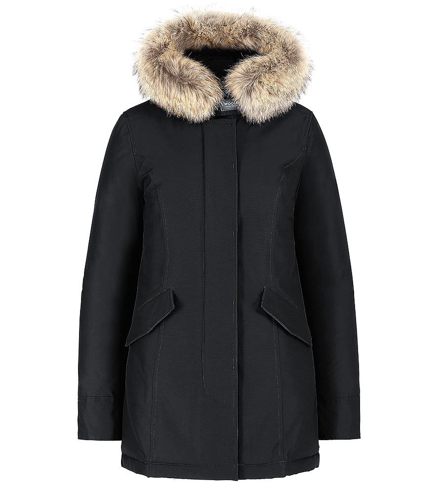 Parka negra con capucha de pelo (800 euros), de Woolrich.