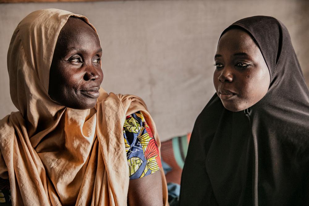 Los problemas del noreste de Nigeria lejos de solucionarse se transforman y crecen. El conflicto entre los grupos armados y las tropas nigerianas han generado ya 1,7 millones de desplazados que llegan a localidades aisladas como Pulka y Gwoza. Enclaves controlados por el ejército con reducidos perímetros de seguridad, pero también con poca capacidad de atender las necesidades humanitarias de estas personas. En la imagen, las hermanas Hauwa y Amina, separadas durante meses por el conflicto y reunidas de nuevo en Pulka.