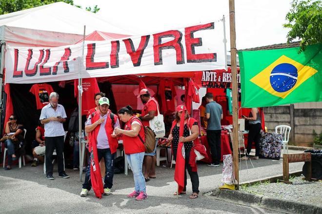 Simpatizantes de Lula agolpados en la Prisión Federal de Curitiba, este miércoles.