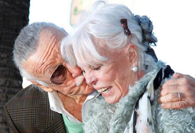 """JC, la inclasificable hija de Stan Lee: de ser """"su mejor creación"""" a gastarse su fortuna"""
