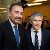 El ministro del Interior, Fernando Grande-Marlaska (d), junto a Manuel...