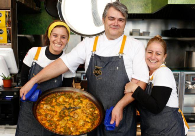 En el mercado: Carlos López, mano derecha del chef Rodrigo de la Calle, y su equipo.