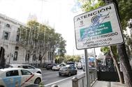 Cartel que anuncia restricciones al tráfico en el centro de Madrid por Área de Prioridad Residencial (APR).