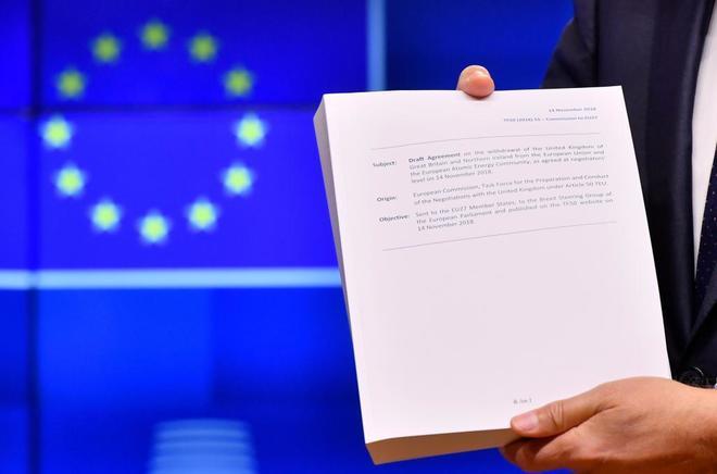 El presidente del Consejo Europeo, Donald Tusk, sostiene el borrador del acuerdo.
