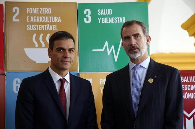 El presidente del Gobierno, Pedro Sánchez, junto al Rey Felipe, en su...
