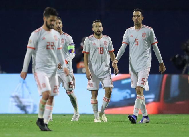 Isco, Ramos, Alba y Busquets, tras encajar un gol de Croacia en Zagreb.
