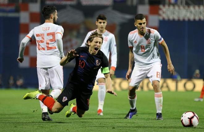 Luka Modric cae al suelo ante Isco y Ceballos.