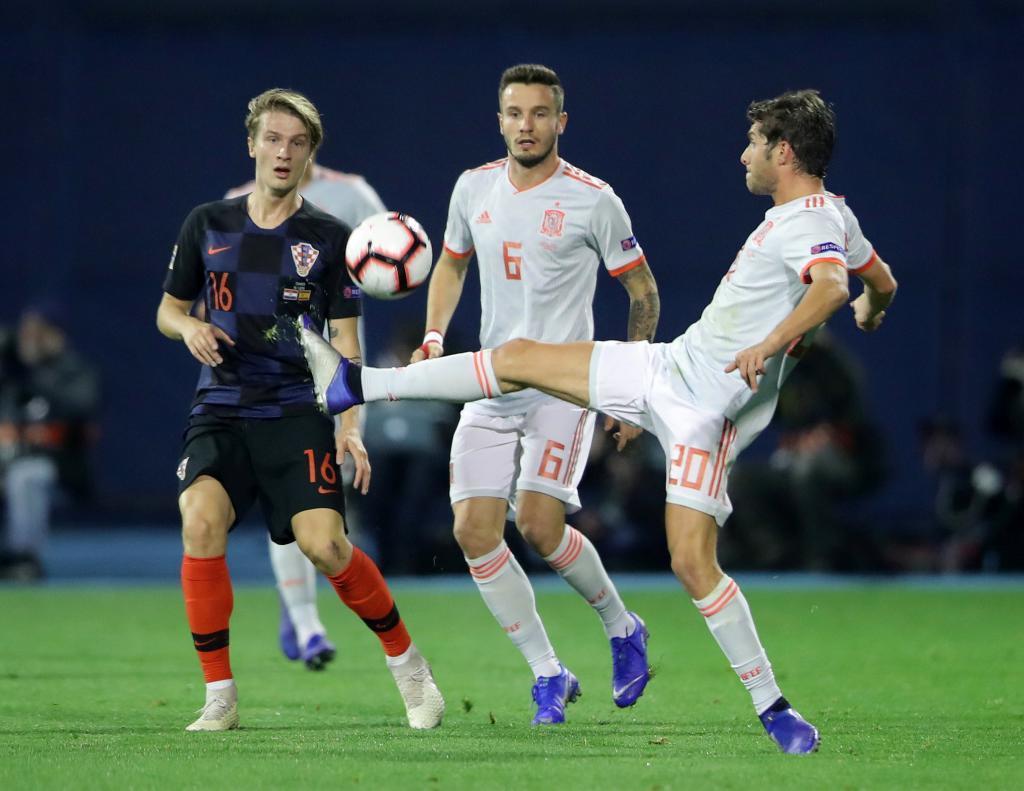 Soccer Football - UEFA Nations League - League A - Group 4 - Croatia v Spain - Stadion Maksimir, Zagreb, Croatia - November 15, 2018 Croatia's Tin Jedvaj in action with Spain's Saul Niguez and Sergi Roberto REUTERS/Marko Djurica
