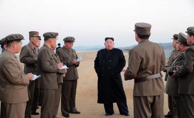 """Imagen distribuida por el régimen norcoreano de su líder Kim Jong Un supervisando la prueba de la nueva """"arma táctica ultramoderna""""."""
