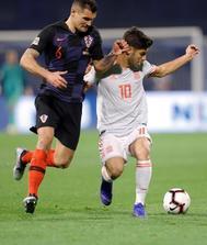 Dejan Lovren (i) disputa un balón ante Marco Asensio (d).