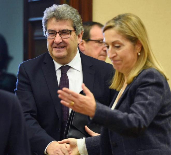 Ana Pastor saluda al magistrado José Ricardo de Prada antes de su comparecencia en el Congreso.