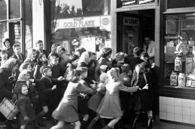 Un grupo de niños se agolpa a las puertas de una tienda de caramelos en la celebración del Black Friday en EEUU.