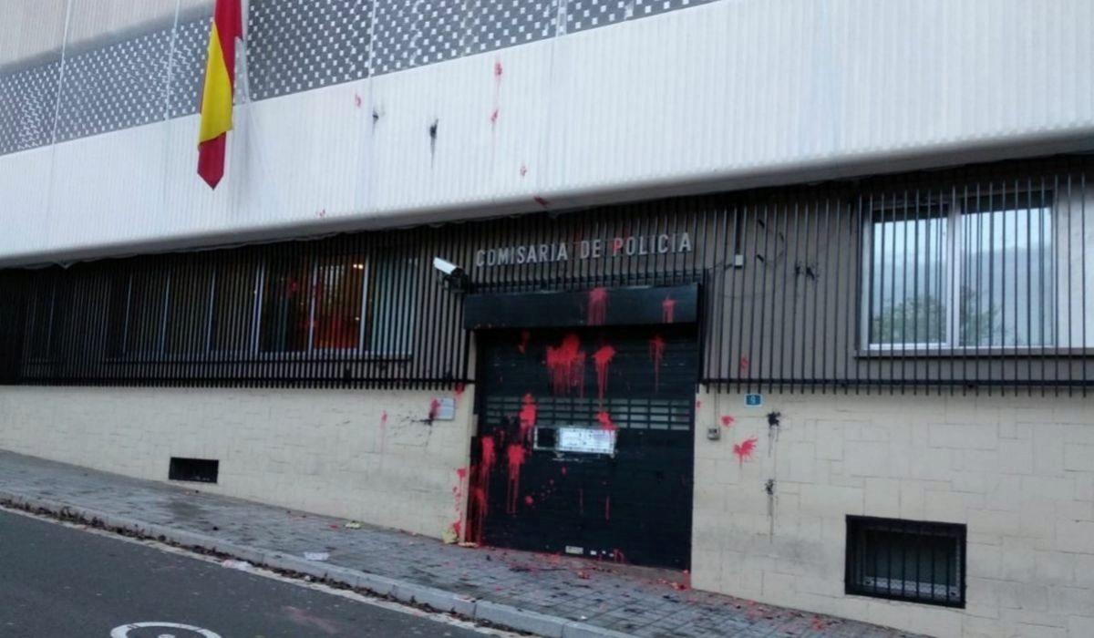 Pintura lanzada contra la comisaría de la Policía Nacional en Terrassa