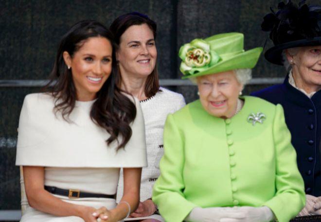 Meghan Markle, junto a la Reina de Inglaterra en uno de sus actos públicos.