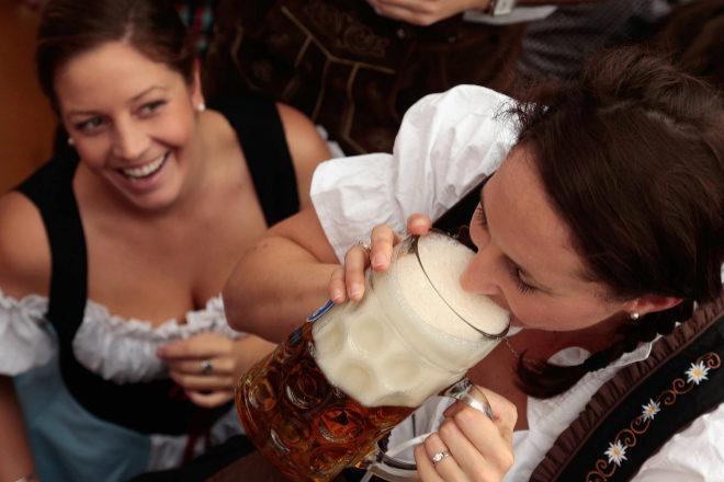 La primera cerveza en el Oktoberfest de Munich.