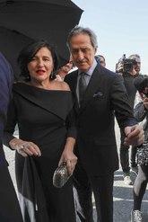Los padres del novio, el diseñador Roberto Torretta y su mujer, a su...
