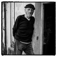 Álvaro Pombo, retratado en la terraza de su casa en el barrio de Argüelles, escenario de muchas de sus novelas.