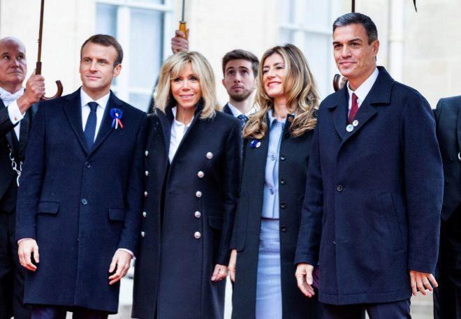 Sánchez y su esposa, con un inapropiado atuendo en tono pastel, recibidos por el matrimonio Macron en el Elíseo