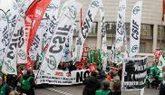 Funcionarios de Justicia, durante la manifestación a su paso por el...