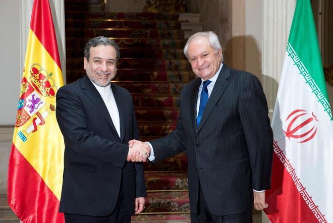 El negociador nuclear iraní, Seyyed Abbas Araghchi (izda.), saluda al secretario de Estado de Asuntos Exteriores, Fernando Martín Valenzuela, hoy, en el Palacio de Viana.
