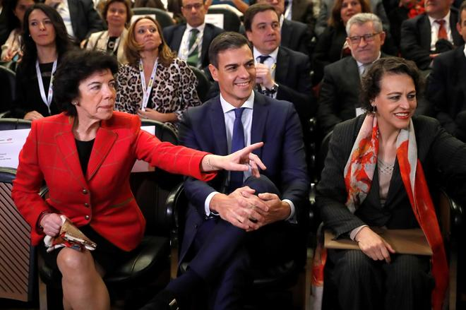 La portavoz del Gobierno, Isabel Celaá, el presidente del Gobierno, Pedro Sánchez, y la ministra de Trabajo, Magdalena Valerio.