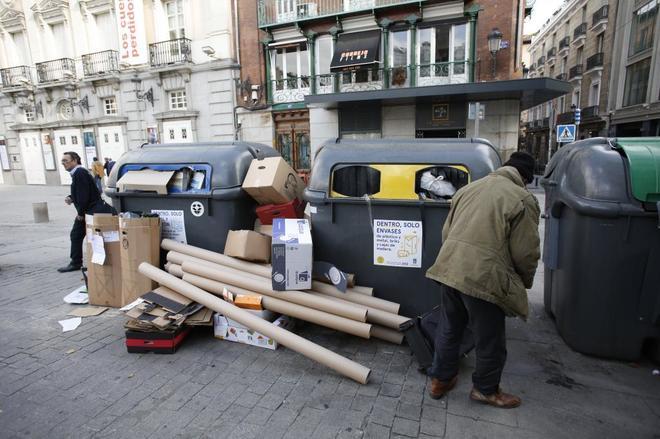 Contenedores de basura en la Plaza de Santa Ana de Madrid.