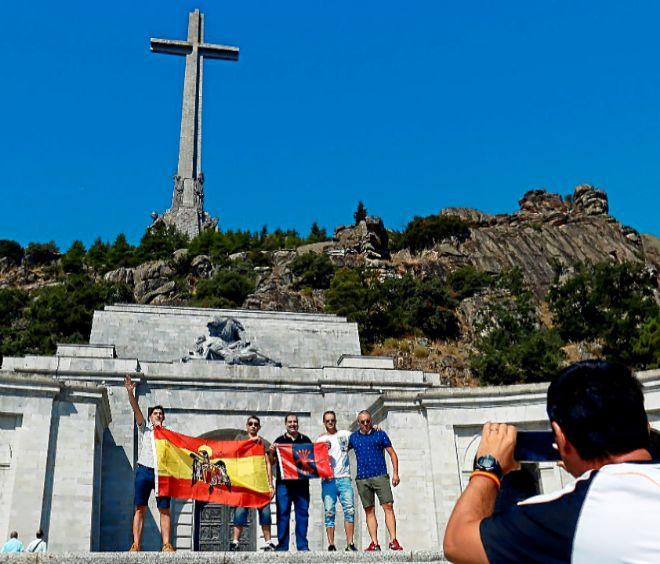 Varias personas se fotografían en la explanada del Valle de los Caídos, el pasado mes de agosto.