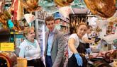El presidente del PP, Pablo Casado, durante su visita al mercado de...