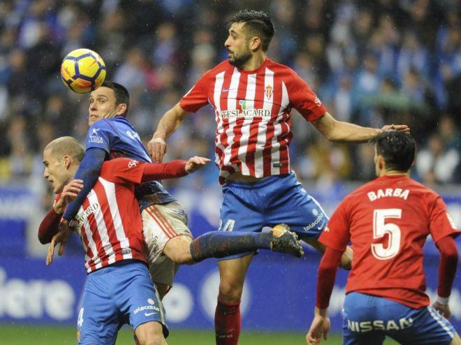 Jugadores del Oviedo y del Sporting pugnan por un balón en el último derbi.